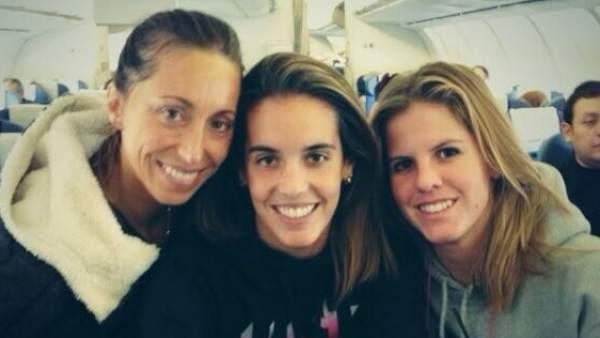 Ona Carbonell posa con Gemma Mengual y Paula Klamburg