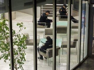 La policía custodia las instalaciones