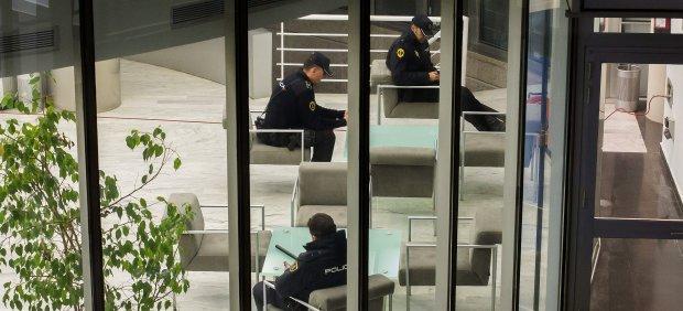 Agentes de la Policía Nacional custodian el interior de Radio Televisión Valenciana (RTVV). Biel Aliño / EFE