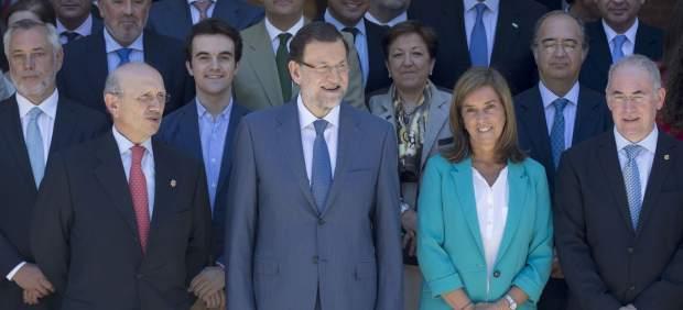 Máximo Antonio González Jurado, presidente del Consejo General de Enfermería, a la izquierda de Mariano Rajoy en La Moncloa en julio de 2013