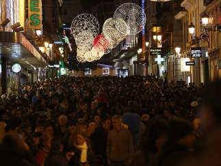 La calle Preciados, brillante en Navidad