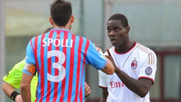 Mario Balotelli discute con Nicolás Spolli