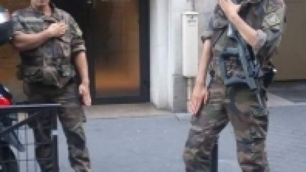 Militares franceses haciendo la 'quenelle'