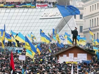 La bandera de la UE junto a las ucranianas