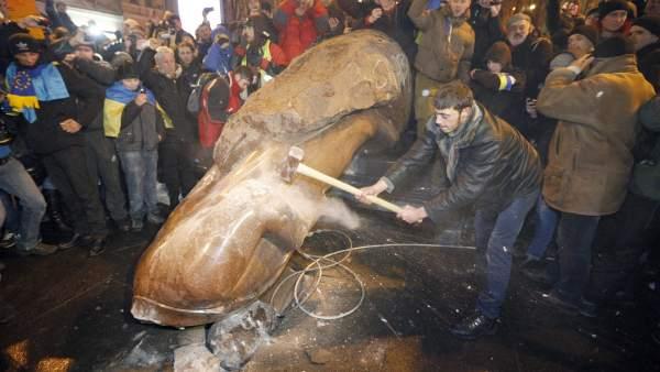 Derriban la estatua de Lenin