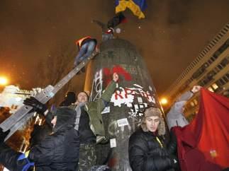 La bandera de Ucrania sustituye a Lenin