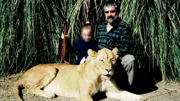 Manuel Alonso Herrero posa con su hija Sara y un león abatido