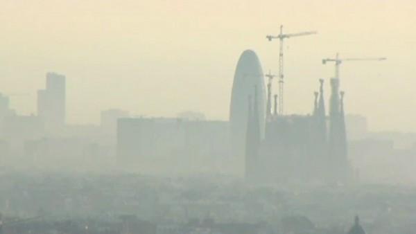 La contaminación cubre Barcelona.