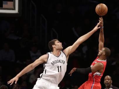 Brook Lopez bloque a Chris Paul