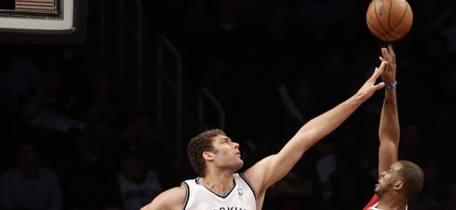 Brook Lopez bloque a Chris Paul