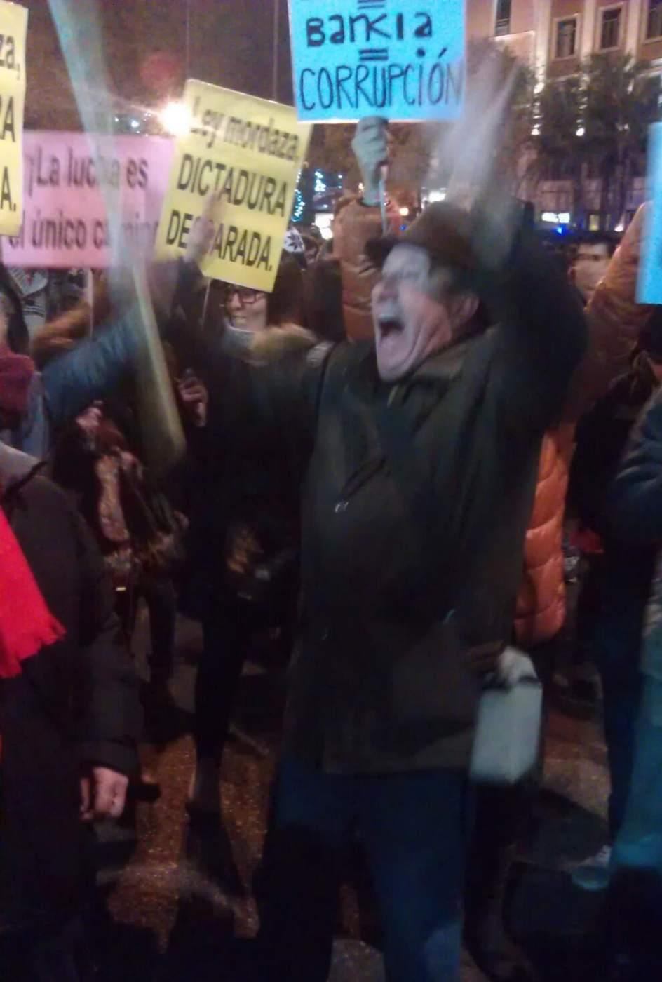Manifestante cabreado. Un señor mayor que grita como el que más en la protesta este 14-D de 'Rodea el Congreso' contra la Ley de Seguridad Ciudadana en Madrid.