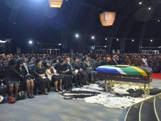 Zuma y la familia de Mandela, en primera fila