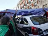 La Policía, bajo la pancarta