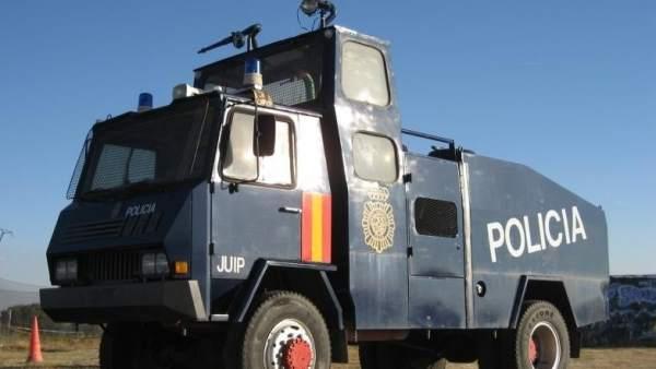 Camión lanza agua de la Policía Nacional
