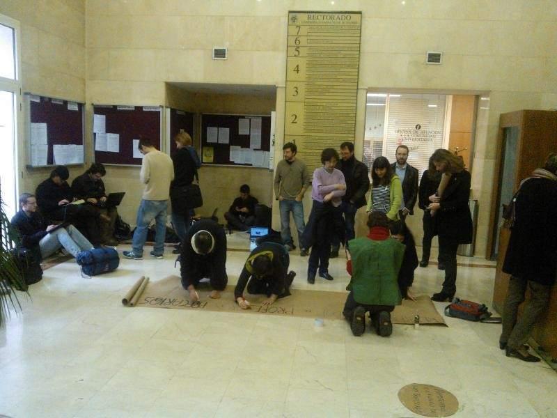 Un grupo de profesores de la complutense se encierran en for Profesores en el exterior