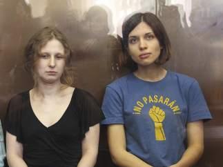 Dos jóvenes de la banda Pussy Riot