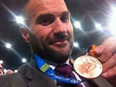 Manolo Martínez, con su medalla de bronce olímpica