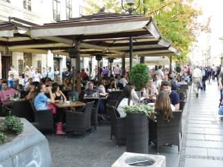 Terraza en Knez Mihailova, la gran arteria comercial de Belgrado, con múltiples locales de ocio y moda