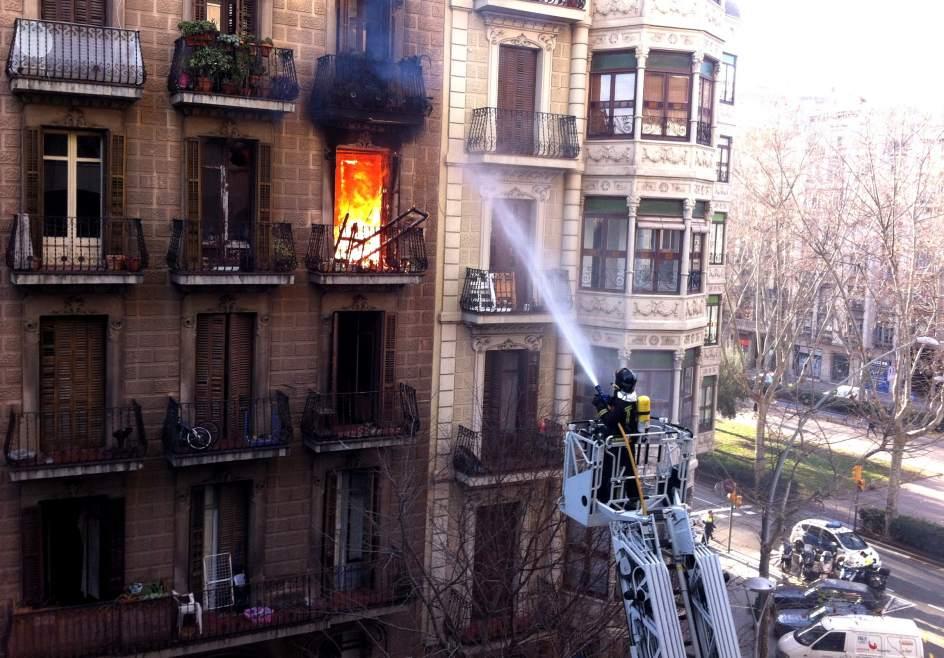 Muere un anciano en un incendio en un piso de barcelona for Pisos de bankia barcelona