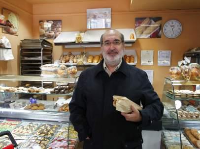 José Manuel, compra el pan en una tienda tradicional