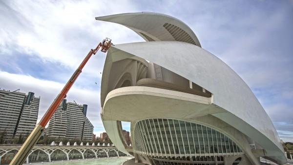 Comienzan a retirar la cubierta del Palau de les Arts