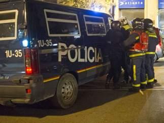 La policía mete al bombero al furgón