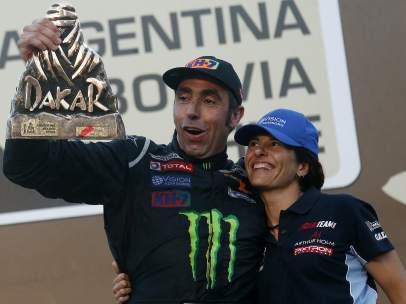 Nani Roma celebra su victoria en el Dakar