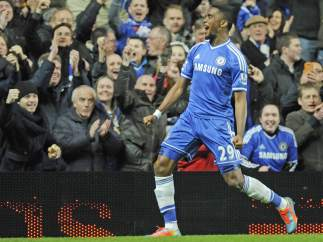 Samuel Eto'o celebra un gol del Chelsea