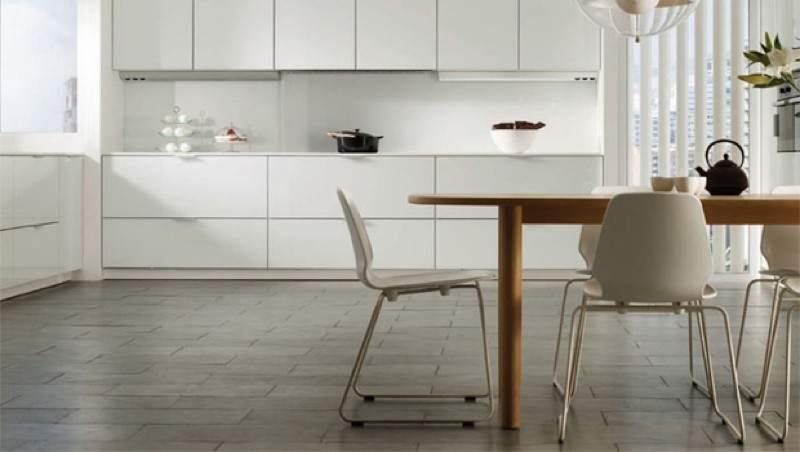 un suelo con las juntas oscuras ayuda a mantener limpia la cocina plan reforma