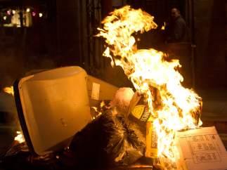 Los manifestantes incendiarion contenedores en el centro de Barcelona durante la marcha en solidaridad con el barrio burgalés de Gamonal.
