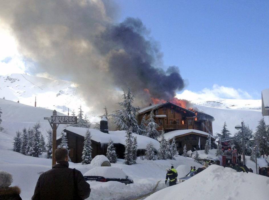 Espectacular incendio de un hotel de Sierra Nevada