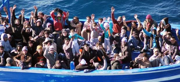Al menos 400 inmigrantes perdidos en el mar al naufragar cuando viajaban rumbo a Italia