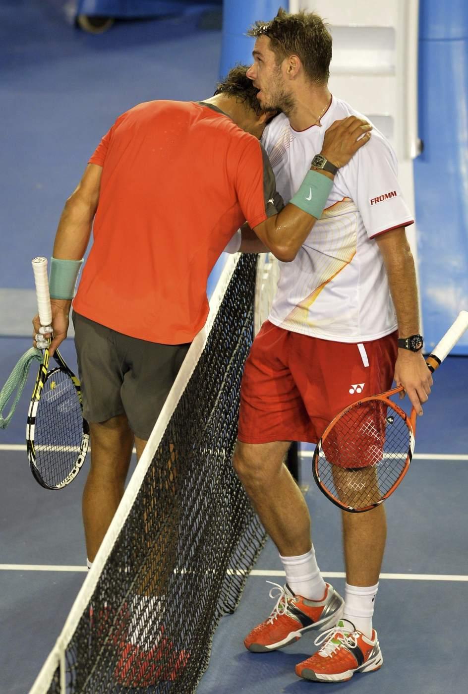 Saludo al final del partido. Nadal, derrotado, se saluda con Wawrinka al final del partido en el que el suizo se ha adjudicado el Open de Australia.