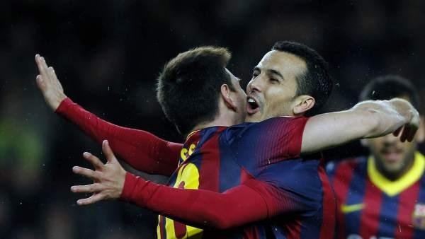 Leo Messi abraza a Pedro
