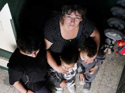 María del Pino, con sus tres hijos