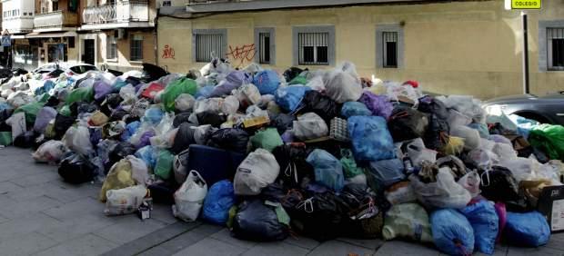 Basura acumulada en una cétrica calle de Alcorcón