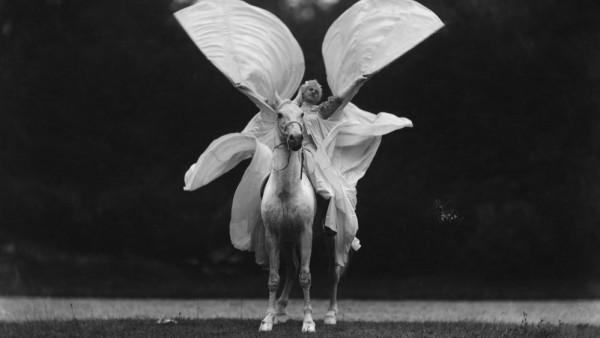'Thérèze Rentz baila 'La Loïe Füller a caballo' en el Cirque Molier', 1904