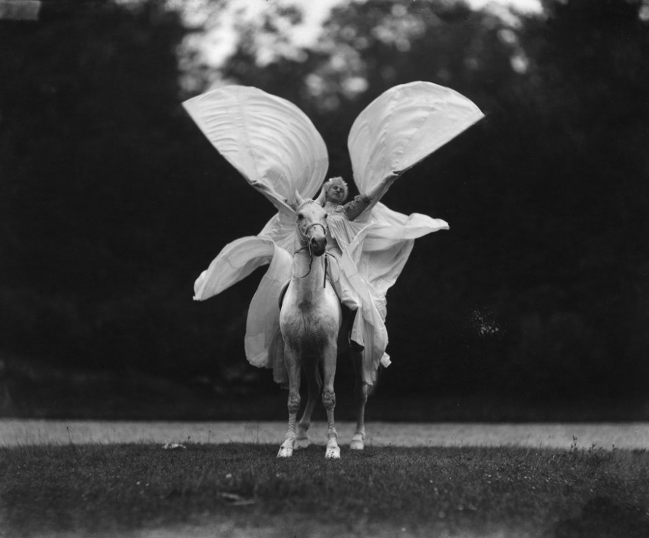 'Thérèze Rentz baila 'La Loïe Füller a caballo' en el Cirque Molier', 1904. Thérèze Rentz imita la técnica de Loïe Fuller en 1904 en un número circense. La foto forma parte de la exposición 'Escenarios del cuerpo. La metamorfosis de Loïe Fuller', en La Casa Encendida de Madrid