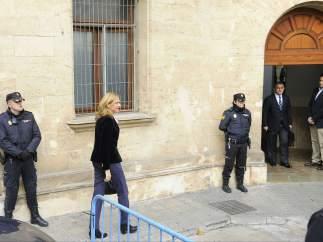 Jesús María Silva aguarda en la puerta