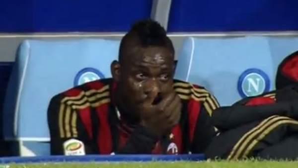 Mario Balotelli llora en el banquillo tras ser sustituido en la derrota del Milan en Nápoles