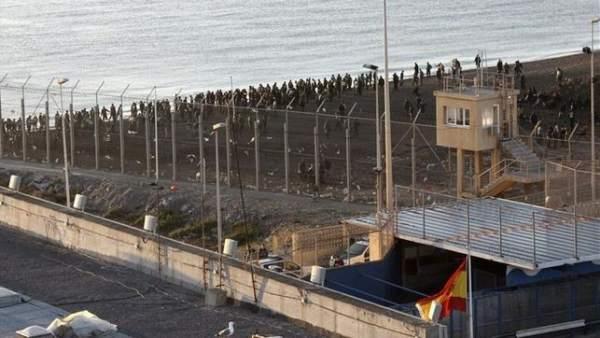 Inmigrantes en la frontera de Ceuta