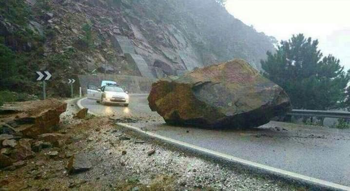 Una roca corta la carretera entre Ronda y San Pedro de Alcántara