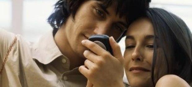 El 60% de los españoles comparte con su móvil contenido íntimo o sexual, según McAfee