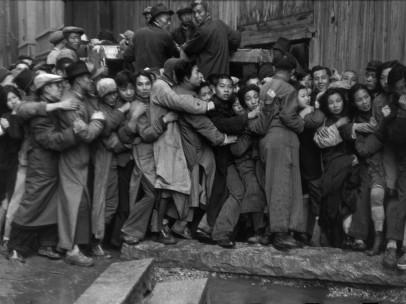Foule attendant devant une banque pour acheter de l'or pendant les derniers jours du Kuomintang, Shanghai, Chine, décembre 1948