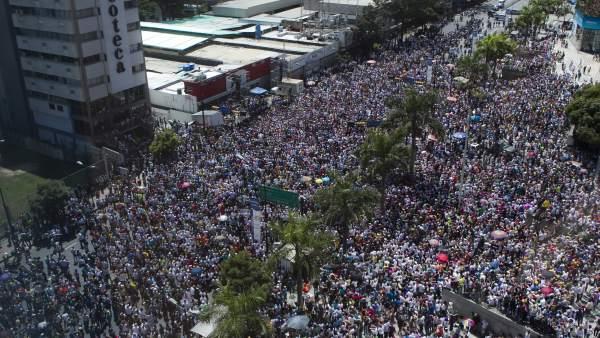 Los opositores venezolanos piden la libertad de los detenidos y respaldan a Leopoldo López
