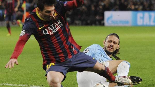 Messi, derribado en el Manchester City-Barcelona