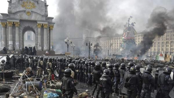 Yanukovich anuncia una operación antiterrorista en el país y destituye al jefe del Ejército