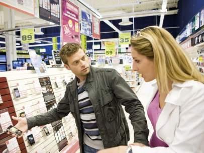 Una pareja comprando un teléfono móvil