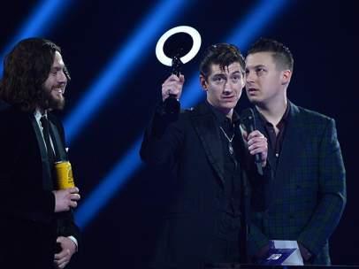 Artic Monkeys en los premios Brit