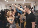 Kylie Minogue sorprende a un dan